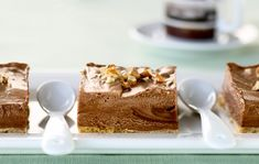 Nina Lincolnin jäädytetty suklaa-juustotorttu Murenna keksit hienoksi tehosekoittimessa tai voipaperin välissä kaulimella painellen. Lisää pehmeä voi ja painele seos irtopohjaiseen kakkuvuokaan. Vuoan pohjalle kannattaa laittaa pohjan kokoinen voipaperi, niin kakku on helppo irrottaa vuoasta myöhemmin. Sulata suklaa paloina vesihauteessa esimerkiksi kaksiosaisen kattilan yläosassa. Laita alaosaan vettä kiehumaan. Sekoita juusto ja noin 1 dl sokeria. Mausta …
