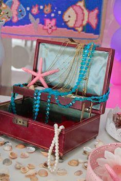Mamãe, a fotógrafa que vos escreve aqui , resolveu comemorar o primeiro aninho de sua filha Mariana com uma festa de tema fundo do mar. Primeiramente, amo o fu