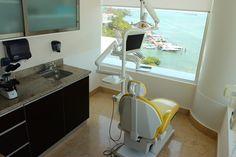 Sunset Dental Cancún está ubicado en el hermoso balneario mexicano de Cancún sobre Boulevard Kukulcan Km. 12.5 Centro Empresarial Cancún, Penthouse 1-4. La clínica cuenta con incomparables vistas sobre la laguna Nichupté, y está perfectamente situado para que nuestros pacientes disfruten de las comodidades que Cancún tiene para ofrecer.