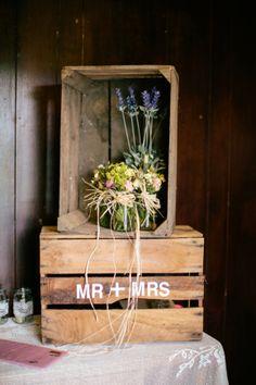Nos encantan las cajas de madera para decorar una boda
