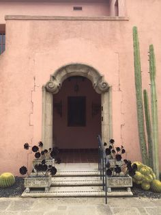 Blush, taupe, charcoal and off white I púder és szürkék Spanish House, Spanish Garden, Pink Houses, Cactus Y Suculentas, Grand Entrance, Art And Architecture, Curb Appeal, Garden Design, House Design