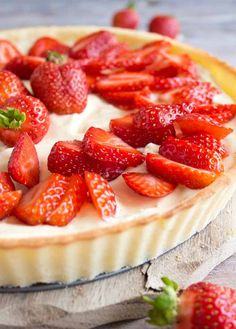 Strawberry mascarpone tart is a deliciously creamy and fruity low carb and keto dessert. The velvety whipped mascarpone filling is set off perfectly by the crisp baked coconut flour tart crust. Kokos Desserts, Desserts Sains, Coconut Desserts, Strawberry Desserts, Strawberry Pie, Healthy Recipes, Tart Recipes, Low Carb Recipes, Dessert Recipes