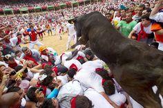 El toro llega a la plaza tras el encierro en San Fermín