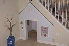 Un rincón transformado en una casa divina para la mascota. ¡Tiene timbre cortinas y buzón!. Foto: Decoesfera.com