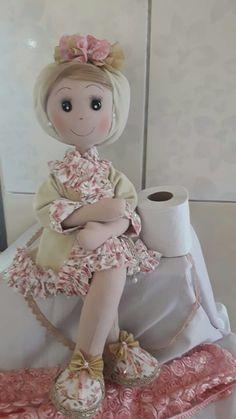 Preciosa muñeca de pana ,vistosos colores y atractivo diseño ,para porta papel . Easy Sewing Patterns, Doll Patterns, Sewing Hacks, Sewing Crafts, Doll Painting, Sewing Dolls, Waldorf Dolls, Fabric Dolls, Doll Face
