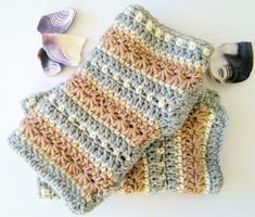Stylish and warm, this pattern shows you how to make the January Sky Fingerless Gloves. Made in muted tones that resemble the colours of the January sky, the star stitch really is the star of these wrist warmers. Crochet Gloves Pattern, Knitted Gloves, Baby Knitting Patterns, Crochet Stitches, Crochet Ideas, Knitting Tutorials, Hat Patterns, Crochet Granny, Ganchillo
