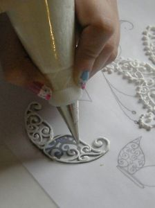 Royal icing lace decorations - (smb: do this with calking for permanent craft embellishments. Royal Icing Piping, Royal Icing Transfers, Icing Frosting, Cake Icing, Cupcake Cakes, Royal Frosting, Royal Icing Templates, Cake Decorating Techniques, Cake Decorating Tutorials