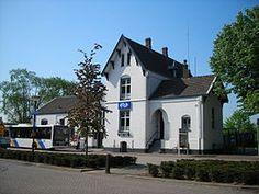 Station #Boxmeer is een spoorwegstation in het Noord-Brabantse dorp Boxmeer. Het station, dat is gelegen aan de Maaslijn, is geopend in 1883. Het witte stationsgebouw van het type Hemmen is gebouwd in 1882.