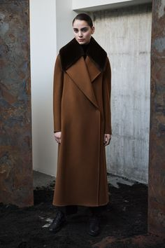 Max Mara Atelier Fall 2020 Ready-to-Wear Fashion Show - Vogue Mantel Styling, Fashion Designers Names, Mantel Outfit, Max Mara Coat, Fall Outfits For Work, Winter Outfits, Style Casual, Casual Fall, Fashion Show Collection