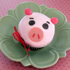 Christmas Hamm Cupcakes Hamm Not your standard holiday ham, this Christmas swine (sans the brine) makes a sweet and surprising addition to the dessert line-up. Disney Cupcakes, Piggy Cupcakes, Toy Story Cupcakes, Cute Cupcakes, Cupcake Cookies, Piggy Cake, Amazing Cupcakes, Cupcake Bakery, Beautiful Cupcakes