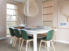 ... kleur van de stoeltjes matched met de kleur op de wand in de woonkamer