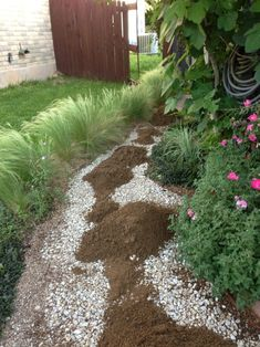 Super helpful with easy instructions - I love the classic look of a pea gravel path or patio. What I don't like is pea gravel that gets everywhere, that washes away with every heavy rain, that hurts my knees because it's too deep and lo. Pea Gravel Garden, Gravel Pathway, Gravel Landscaping, Landscaping With Rocks, Garden Paths, Landscaping Ideas, Backyard Ideas, Garden Tips, Garden Archway