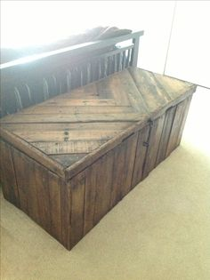 Blanket chest custom made using recycled pallet wood.