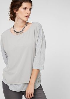 Blusenshirt mit 3/4-Arm Front mit dezent schimmernder Crêpe-Blende. Weiter Rundhalsausschnitt. 3/4-Ärmel mit überschnittener Schulter. Leicht verlängertes Rückenteil mit abgerundetem Saum. Kastige Passform; Rückenlänge bei Größe 40 ca. 77 cm. Weicher Jersey trifft auf zarten Crêpe. Das lässig geschnittene Shirt kommt mit elegantem Blusen-Twist..  Materialzusammensetzung:Obermaterial: 65% Polyes...