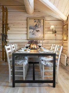 INDUSTRIELLE DETALJER: Spisebordet er rustikt med industrielle detaljer. De enkle Jærstolene gir spiseplassen et luftig uttrykk.