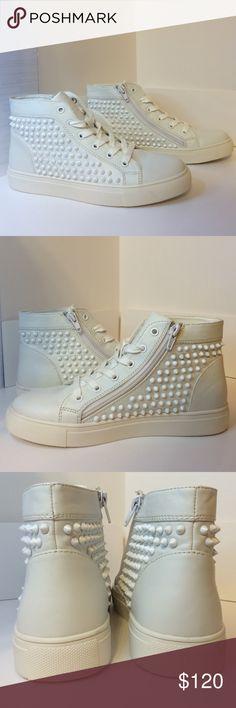 Steve Madden - levels Brand new, never worn, size 6, white Steve Madden levels fashion sneaker. Mint condition. Steve Madden Shoes Sneakers