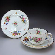 英国・世界の銘窯ミントンによる『マーロウ (初夏の野花) 』、定番・人気商品のご紹介です。英国の初夏の野花が散りばめられた可愛い作品です。ヴィンテージ品ですがとても良いコンディションです。        ⇩ http://eikokuantiques.com/?pid=90906120