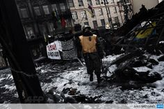 UKRAINE, Kiev : An anti-government protester walks at a road block in Kiev on February 3, 2014.  AFP PHOTO / ARIS MESSINIS