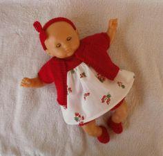 Ensemble rouge et blanc pour poupon Calin : robe, gilet, bloomer, bandeau et chaussons. MCL Poupées