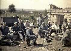 Le 370ème d'infanterie à l'heure de la soupe, quelque part dans l'Aisne. Autochrome de Fernand Cuville (1917)