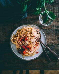 Uunifetapasta on yksinkertaisuudessaan herkullinen pastaruoka. Veggie Recipes, Pasta Recipes, Vegetarian Recipes, Healthy Recipes, Veggie Meals, Baked Feta Recipe, Feta Pasta, Salty Foods, Vegan Meal Prep