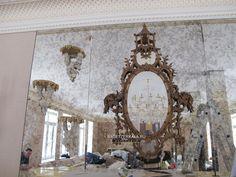 Декорирование состаренными зеркалами камина