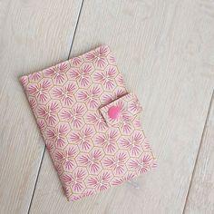 carocouture sur Instagram: Le petit portefeuille compact ultra pratique en coton enduit à l'extérieur et coton première étoile à l'intérieur. Des couleurs douces et…