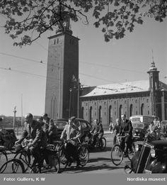 Cyklister och bilister på Stadshusbron, Stockholm. Fotograf: K W Gullers, ca 1940-1946