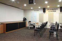 STUDIO CRIS PAOLA: Escritório Vila Olímpia. Sala de treinamento com telão, ideal para quem administra pequenos cursos na empresa. Projetado pela arquiteta Cris Paola #studiocrispaola #sp #interiordesign #designdeinteriores