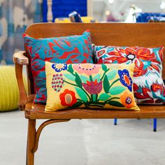 madeira + estampas florais  Estudio Gloria, SP- BRASIL #wood #florals #patterns #decor #inspiration #bench #cushions