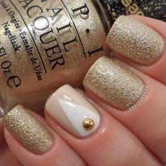 Unhas curtas decoradas com dourado glam