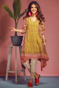 Latest Summer Kurti Designs 2020 Collection for Women in Pakistan Pakistani Party Wear Dresses, Simple Pakistani Dresses, Pakistani Fashion Casual, Pakistani Dress Design, Pakistani Outfits, Indian Fashion, New Kurti Designs, Kurta Designs Women, Kurti Designs Party Wear