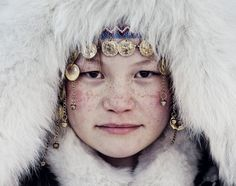 This beautiful and fascinating image captured by shows a member of the Nenet's - a native tribe Pretty People, Beautiful People, Jimmy Nelson, Photographer Wanted, Cultural Identity, Cultural Diversity, People Of The World, Portraits, World Cultures