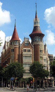 Construida en 1905 por encargo de tres hermanas de la familia Terrades, unificando Puig i Cadafalch las tres casas en uno de los mayores y más singulares edificios de vivienda plurifamiliar de la época