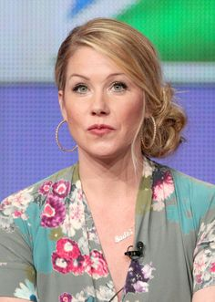 Christina Applegate Twisted Bun - Christina Applegate paired her floral frock with a messy side bun. Side Bun Hairstyles, Funky Hairstyles, Bride Hairstyles, Pretty Hairstyles, Side Bun Updo, Messy Side Buns, Beach Hairstyles, Bun Bun, Men's Hairstyle