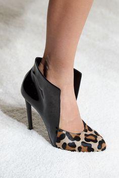 Giambattista Valli Fall 2019 Ready-to-Wear Fashion Show Details: See detail photos for Giambattista Valli Fall 2019 Ready-to-Wear collection. Look 19