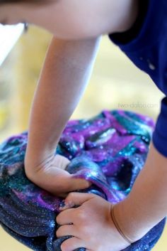 Buying expensive toys for young kids to use may not always be ideal. A great way for kids to enjoy a fun activity is to make a batch of cosmic galaxy slime.