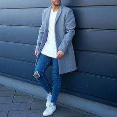 Grauer Mantel und Jeans mit All White Sneaker. Simpel uns stylisch