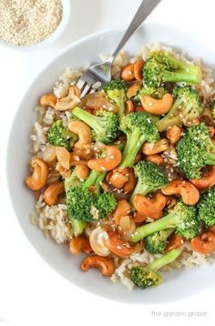 Healthy Dinner Recipes: One of my favorite broccoli recipes! This vegetarian garlic broccoli stir fry recipe is ready in just 10 minutes. Serve this easy vegan recipe over your favorite rice for a quick weeknight dinner. Tasty Vegetarian Recipes, Vegetarian Recipes Dinner, Vegan Vegetarian, Healthy Recipes, Recipe Tasty, Paleo Food, Vegan Ramen, Cashew Recipes, Quick Vegan Meals