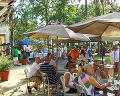 Marketplace restaurants offer sidewalk and patio dining so customers can enjoy the beautiful outdoor setting and activities.