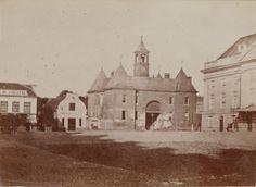 Het Leidseplein dateert uit de aanlegperiode van de grachtengordel (de 4e Uitleg). Het is genoemd naar de Leidsepoort, die hier stond tot 1862 en het begin was van de weg naar Leiden. Rechts de oude stadsschouwburg.