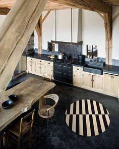 Houten keuken, wooden kitchen (not this floor though) Rustic Kitchen, New Kitchen, Kitchen Dining, Kitchen Decor, Kitchen Ideas, Loft Kitchen, Dining Table, Kitchen Furniture, Kitchen Sink