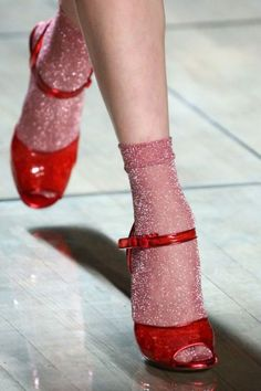 Marc Jacobs for Spring 2019 Ready to Wear (detail) Source by jessicalamming to wear Sock Shoes, Cute Shoes, Me Too Shoes, Fashion Mode, Fashion Shoes, Womens Fashion, Stilettos, High Heels, Red Heels