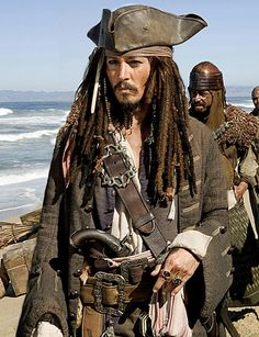 "Johnny Depp ou l'homme le plus sexy? Johnny Depp, le capitaine Jack Sparrow de ""Pirates of the Caribbean: At World's End. Captain Jack Sparrow, Jake Sparrow, Costume Jack Sparrow, Jack Sparrow Fantasia, Movies Costumes, Claude Van Damme, Here's Johnny, Johnny Depp Movies, Johny Depp"