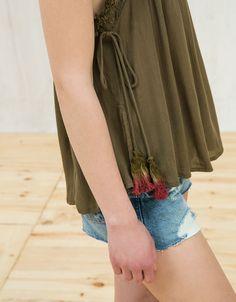 Top mit Brusteinsatz und Stickerei. Entdecken Sie diese und viele andere Kleidungsstücke in Bershka unter neue Produkte jede Woche