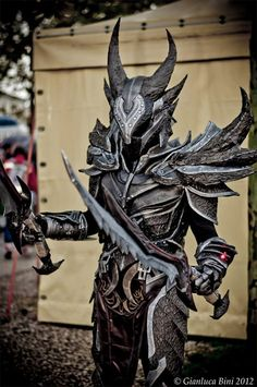 Cosplay Dovahkiin Daedric full armor from Skyrim by Skyrim Cosplay, Skyrim Costume, Cosplay Armor, Cosplay Costumes, Daedric Armor, Types Of Armor, All Video Games, Armadura Medieval, Armor Tattoo