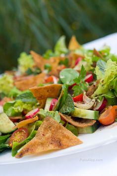 L'Eté n'est toujours pas terminé à Paris, le soleil est toujours là, alors on continue de manger des salades!Etaujourd'hui on cuisineune saladesyrienne (ou plus généralement levantine), bien f...