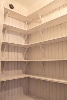 Redan när vi byggde köket (2008) så påbörjade vi skafferiet men sedan har det prioriterats bort till förmån för andra projekt som har k...