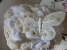 Ramos de novia con flores de seda y botones joya de Nácar y mariposas blancas de Alodón de Luna.Ramos  de flores de tela personalizados para novias.   Hand made bridal, wedding bouquet.  informacion@algodondeluna.com         +34606619349  www.algodondeluna.com