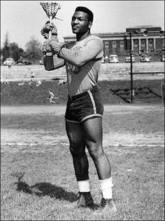 One of the most famous lacrosse and football players, Jim Brown Lacrosse is all about this incredible athlete. Kirk Gibson, Lolo Jones, Carl Lewis, American Athletes, American Sports, Bo Jackson, Running Back, Sports Images, Sports Photos